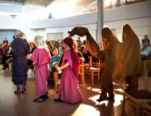 De tre vise männen kommer med gåvor till det nyfödda Jesusbarnet