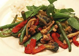 Krispiga grönsaker, spännande smaker och snabbt på bordet är tre bra egenskaper som präglar fläskwoken med dubbel curry.