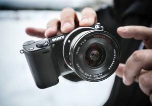 En kamera sitter undertill i nosen på drönaren, tar i snitt 700 bilder under 30 minuters flygning.