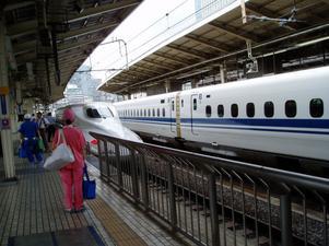 Japanskt. I väntan på Shinkansen.Äldst i världen