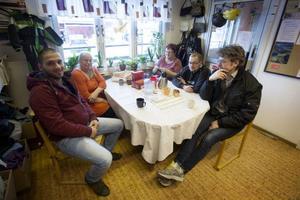 Kupan, Röda Korset, är en mötesplats där flyktingarna får mycket hjälp och umgänge. – Här avhandlar vi allt, sorg, glädje, bussbiljetter och brev från myndigheter. All brevväxling är ju på svenska, jag har aldrig översatt så mycket brev som nu. Första veckan satt vi med engelskt lexikon, men nu har vi vant oss, säger Ulla Jönsson, till vänster i bild. Med henne vid bordet sitter Odisho Chimon, Gunnel Eliasson, fastighetsskötaren Mårten Anderstig, och Pål Jansson.