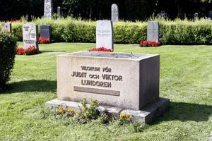 Här fanns en av Gamla kyrkogårdens allra mest välkända skulpturer av Ida Matton. Nu står stenen vid Judit och Viktor Lundgrens grav tom.