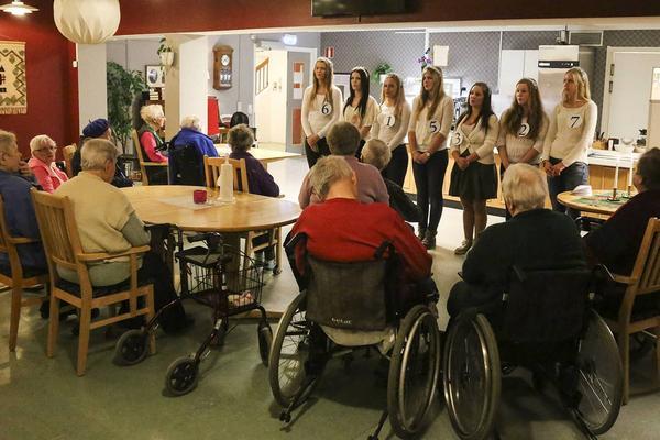 Luciakandidaterna på Hedegården, ett av de äldreboenden som besöks under årets luciaturné genom Härjedalen.