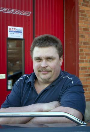 Trångbodd. Fredrik Johansson med företaget Fastmec har tre anställda och gissar att det blir ett par till om flytten till Lyviksberget blir av. I lokalerna på runt 1 500 kvadratmeter kommer man att ge plats för andra företag i bilbranschen. Johansson och hans kompanjon har också funderingar på att öppna en bensinmack.