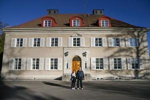 Anita och Per Dahlgren har ett sort hus att städa och förvalta. 29 rum och kök som alla har sin egen historia.