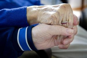 Livet tar en ny vändning även för den som är anhörig till någon som får afasi. Därför krävs rätt stöd från kommunen med hemtjänst, anhörigstöd och avlastning med korttidsboende, skriver Berit Agedal och Lena Ringstedt.