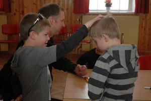 KRITOR. Är det handpåläggning som Filip Björk gör på Anton Wahlgren?  Nej, de tränar på ett trolleritrick med färgkritor.