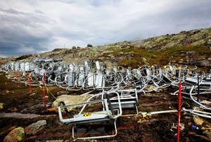 Tusenmetersliften har ännu inte reparerats efter olyckan i februari 2011. Under sommaren har liftstolarna legat kvar uppe på Åreskutan i väntan på att den lagas.   Foto: Håkan Luthman