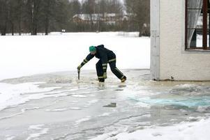 FORSADE. Så här såg det ut i januari 2007 då vattnet forsade fram längs bruksgatorna i Gysinge sedan det bildats isproppar i älven. Sandvikens kommun överväger nu att gå till domstol för att begära ersättning av Vattenfall för de skador som uppstod i flera hus inom bruksområdet.