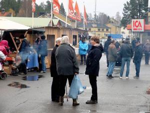 Trots ruskväder var det mycket folk och god stämning vid helgens höstmarkand i Hammerdal.