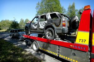 Utbränd. Denna Opel var en av de fem bilarna som ynglingen misstänks ha tänt på under lördagmorgonen. Foto:Fredrik Larsson