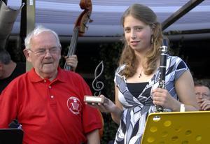 Ungdomsstipendium. Ylona Bossel fick ta emot årets ungdomsstipendium av Rune Westlin. Foto:Nisse Schmidt