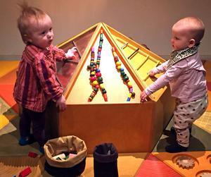 Birger Foskolos, 15 månader, och Hanna Wälijessiö, 10 månader, skapar en upplevelse tillsammans.