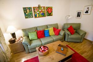 Ovanför soffan i vardagsrummet hänger tre tavlor som Natalie målat själv. Det gäller för övrigt samtliga tavlor i lägenheten.