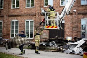 Under måndagen fick räddningstjänsten rycka ut sedan det börjat blossa upp igen på grund av starka vindar.