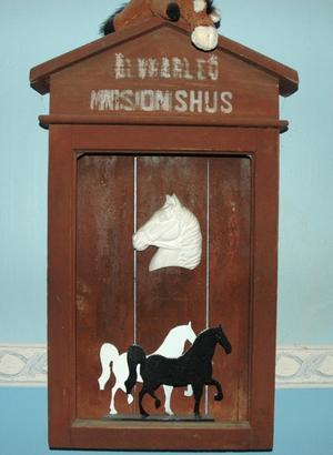 GAMMAL DEKOR. Missionshusets gamla anslagstavla hänger nu i Maria och Sylve Lindholms hus. Självklart dekorerad på hästtema.