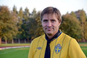Visa bildtext Dölj Fotbollen och uppgiften som tränare för Avesta AIK s  flick- och damlag ger kommunalråd Lars Isacsson energi. 95e9d1f29ac0d