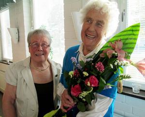 Ordförande Ulla Deutschman uppvaktade Solveig Wibe med blomster.   Foto: Inger Breil