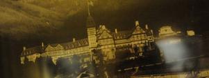Erik O. Lindblom kommer till Amerika år 1886.Hans livsresa har då gått efter krokiga vägar från fattighjon via skräddarskrået för att slutligen landa i miljonärernas paradis med egendomen Cleremont Hotel i Californien som kronan över verketFoto:  Marit Manfredsdotter