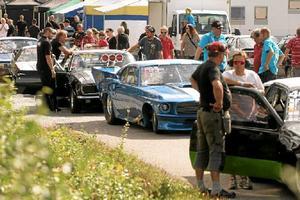 Det var mycket folk och mycket bilar på dragracingtävlingen Linde open som anordnades  på Industrirakan i Lindesberg.