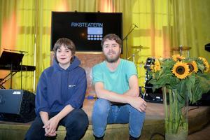 Sara Parkman och Hampus Norén i föreställningen Sång till Välfärden under Riksteaterns pressträff på Södra Teatern.
