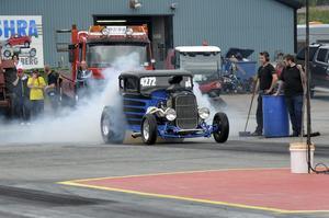 Kör så det ryker. För att värma upp däcken gör förarna så kallade burn outs innan start. Här är det Stefan Jansson i sin Ford -32 hotrod som kör så det ryker.
