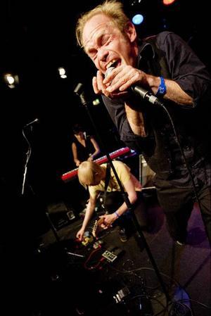 Bob hund-gitarristen Conny Nimmersjö framförde sina egna punkigt aggressiva låtar.