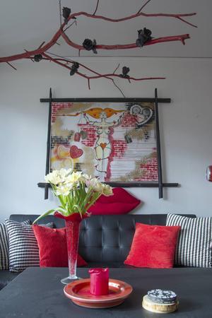 I taket finns en gren som Anette låtit måla röd och pyntat med svarta rosor.
