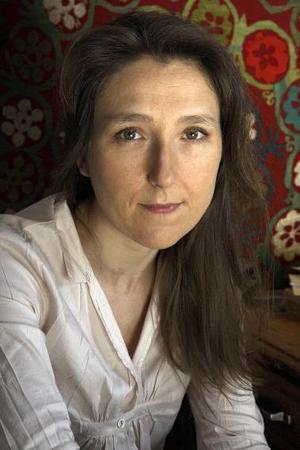 """När Marie Darrieussecq skrivit klart """"Tom är död"""" bad hon sin förläggare vänta ett år med att publicera den. """"Det är är ingen självbiografisk roman, den handlar inte om mina föräldrar, men jag behövde skapa distans mellan min personliga historia och min roman. Jag var rädd för att börja gråta under intervjuerna.""""Foto: H Bamberger/OpaleRonny Eriksson genomförde en tvåtimmars show i högt tempo där han både pratade och sjöng sina fräna och tankeväckande texter.  Foto: martin Skoog"""
