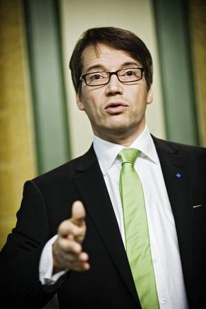 Backat. Socialminister Göran Hägglund har backat från tanken om att helt privatisera apoteksväsendet. Apoteket AB kommer även fortsättningsvis att vara basen för svensk läkemedelsförsäljning.