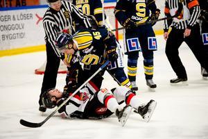 I underläge. Hemma i Axa sports center brottade SSK-backen Petter Lindberg ner Hudiks poängkung Linus Wernerson-Libäck och vann med 4–0.