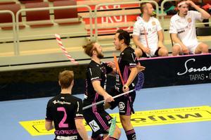 Alexander Hallén jublar efter sitt fjärde mål som blev matchens sista och betydde seger för IBF Falun med 7–6.
