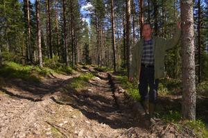 Körning rätt över fossila åkrar och odlingsrösen har förstört den fasta fornlämningen på Dödåsen menar Herje Dahlin.