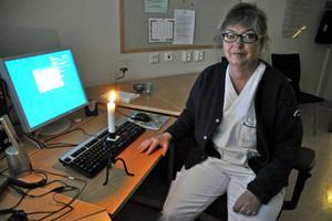 Verksamhetschefen Karin Andersson fick förlita sig till stearinljus för att se något under strömavbrottet.