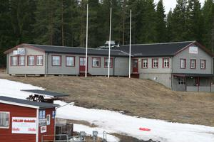 Vid slalombacken ligger denna byggnad med servering och utrymmen i källardelen för husvagnsgästerna.