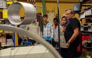Ungdomarna fick se hela produktionslinjen i fabriken.