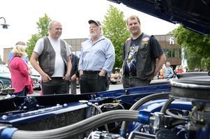 Vinnare. Rolf Hautamäki, till höger, hade med sig sin Chevrolet Caprice -84 till motordagen. Med den har han vunnit flera priser, mycket tack vare den spektakulära motorn. Bredvid står Raimo Vieruaho och Roger Andersson.