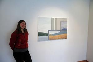Anna Norvell framför sin målning