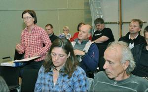 Karolina Olsson, till vänster, är oroad över sitt hundspannsföretag i Moskogen. Karin och Mats Ericson, närmast kameran, tycker inte man tar hänsyn till djurlivet och naturvården.