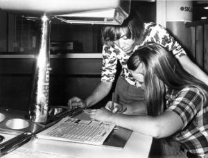 1973. Elisabeth Eriksson och Inger Westerlund studerar tillsammans protokollet som så här första gången inte visar allt för uppmuntrande siffror.