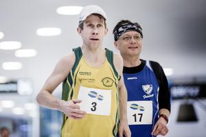 Kumlalöparen Tomas Fridh är specialist på maratonlopp på varvbana – har vunnit fyra av fem maror som avgjorts inne på Tybblelundshallens 193-metersbana där han dessutom har banrekordet och var på pallen i Svampenmaran i fjol – men fick problem med magen redan efter 15 kilometer av söndagsmorgonens maratonlopp i Marieberg.