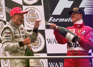 Michael Schumacher sprutar skumpa över Mika Häkkinen efter finländarens seger i Luxembourg Grand Prix på Nürburgring 1998, samma år som finländaren tog sin första VM-titel.