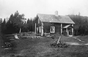 Byn Klippsta utanför Hoting på 1930-talet är den geografiska centralpunkten i dokumentärromanen