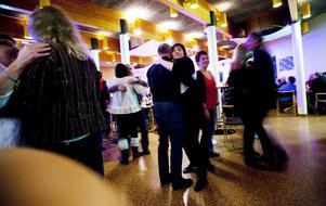 Något riktigt dansgolv behöver man inte. Finns det bara lite fri yta är det många som tar chansen att komma nära.