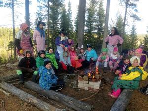 Barn och vuxna samlades vid elden.