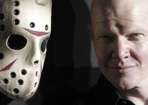 Nej, det är inte Mats Sundin i huvudrollen som Jason, utan Derek Mears tar över som den klassiska skräckfiguren i hockeymask (!).