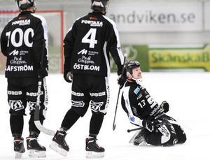 Mars 2014: Magnus Muhrén lobbar in ett frislag bakom Villa-Lidköpings målvakt, och vrålar ut sin glädje.