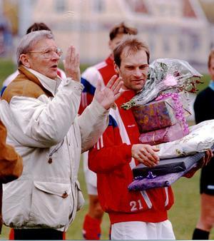 """Här avtackas """"Lappen"""" Nordqvist efter sin sista match i SIF-tröjan i oktober 1993. Dåvarande ordföranden Folke Ledin applåderar honom för hans insatser i föreningen."""