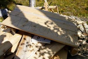 Vid sabotagen öster om Brunflo under natten mot 27 augusti 2014 hade älgtornssabotören lagt ihop det söndersågade och ovanpå det skrivit ordet naturvård.