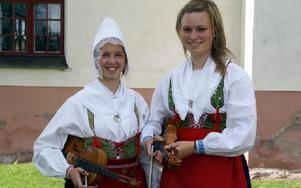 Annika Maathz och Elina Loman, Rättvik, fick Blånn Olles stipendium 2010.FOTO: HANS BLOOM